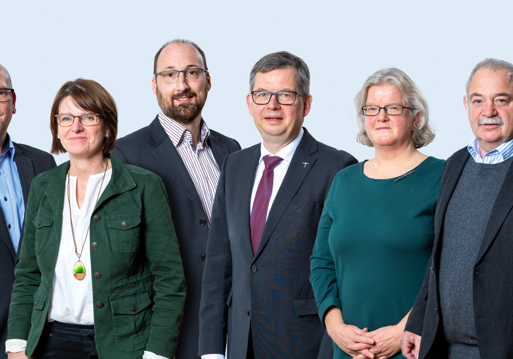 Neue Kirchenregierung mit Synodenpräsident (v.l.): Dr. Peter Abramowski, Henning Böger, Catarina Köchy, Thomas Ehgart, Dr. Christoph Meyns, Andrea Mitzlaff, Jürgen Hirschfeld, Dr. Jörg Mayer.