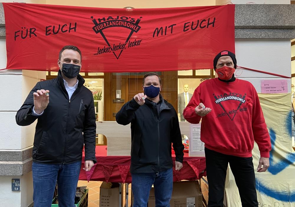 Die Initiatoren der Solidaritätspin-Aktion. Von links: Dennis Berger, Andre Volke und Hajo.
