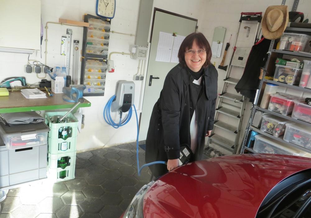 Testladerin Sabine Walkling aus Dibbesdorf hat gerade ihre neue Wallbox installiert bekommen und lädt erstmalig ihr Elektrofahrzeug zu Hause.