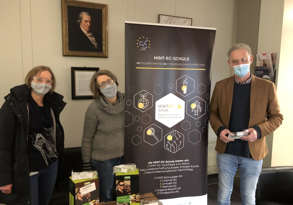 V.l.n.r.: Juliane Saupe, Standortleiterin der H.C. Starck Tungsten, mit Chemielehrerin Gabriele Klein und Schuldirektor Martin Ehrenberg