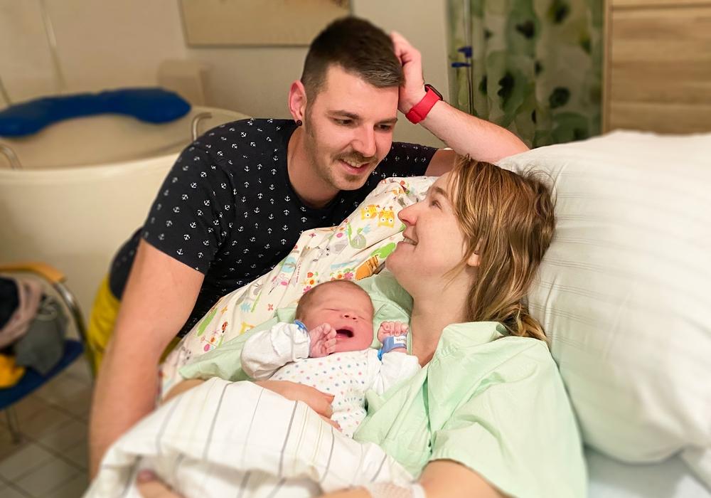 Rettungssanitäter Sven Scholz und Gesundheits- und Krankenpflegerin Janina Neumann mit Sohn Liam.