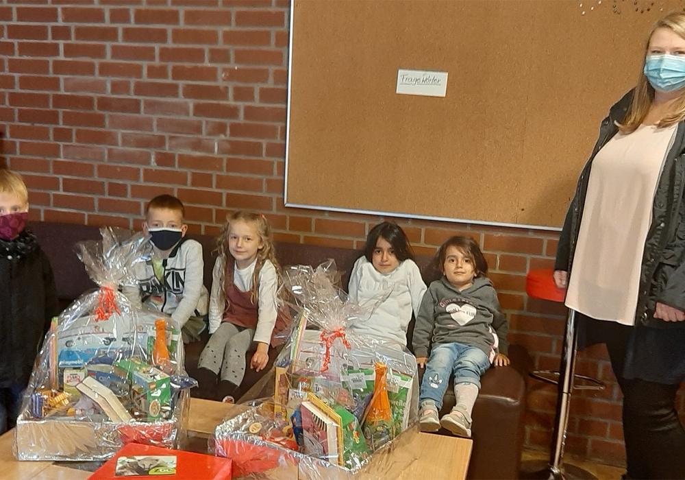 Das Foto zeigt die Gewinner und Frederike Schwieger bei der Preisverleihung.
