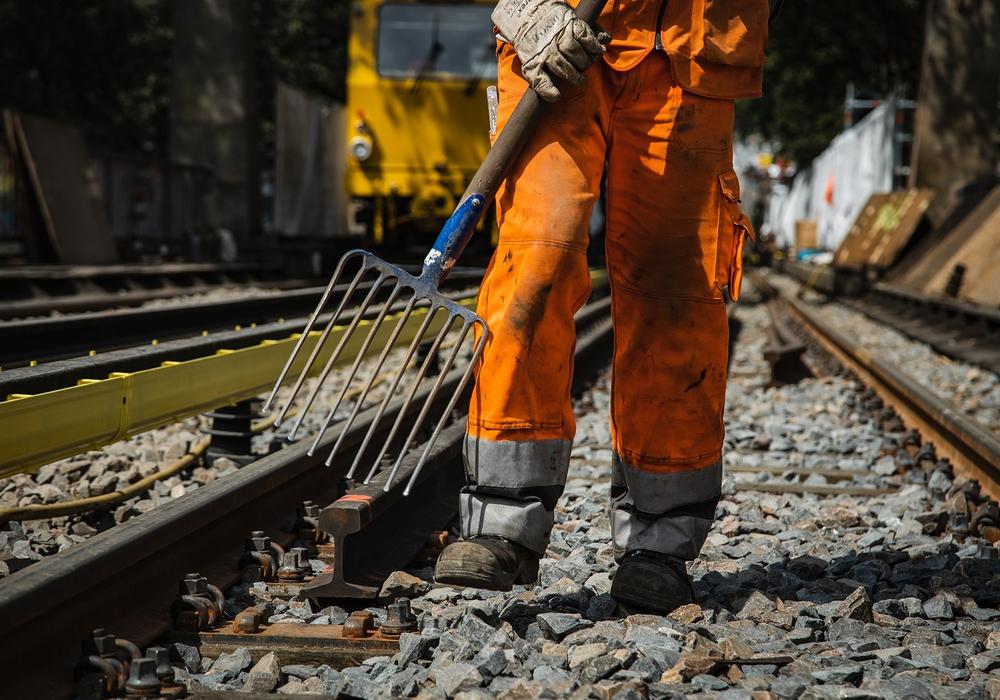 Gleisbauer arbeiten an den Verkehrswegen von morgen. Durch die wirtschaftlichen Folgen der Corona-Pandemie könnten nun wichtige Zukunftsinvestitionen auf der Strecke bleiben, warnt die Gewerkschaft IG BAU.