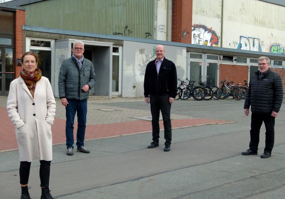 Machten sich von den beiden sanierungsbedürftigen Dreifeldhallen auf dem Fallersleber Windmühlenberg ein Bild vor Ort (von links): Andrea Busch, Ralf Krüger, Ingolf Viereck und Eckhard Krebs.