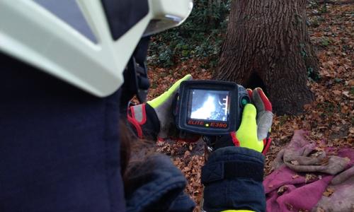 Kontrolle des Brandortes mit der Wärmebildkamera.