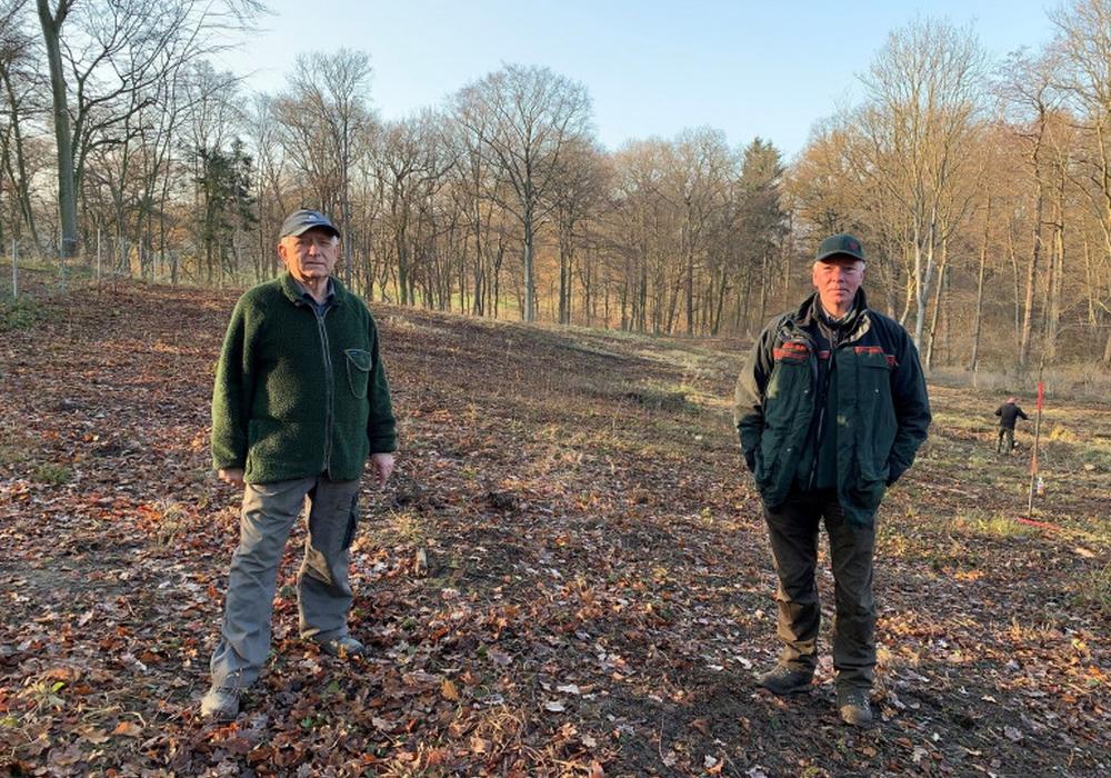 Wilhelm Lippelt und Jens Eilers an der Stelle, wo der neue Laubmischwald entstehen soll.