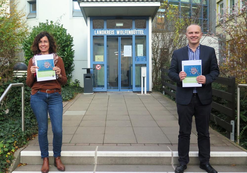 Katrin Palm, Projektleiterin Inklusion und Bernd Retzki, Dezernent für Schule, Jugend und Soziales, präsentieren den Handlungsplan Inklusion.