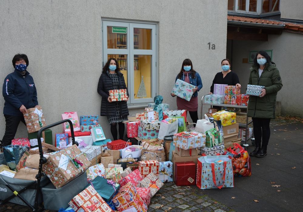 Trotz Maske erkennbar beeindruckt: Juliane Liersch (links) übernimmt von Kita-Leiterin Clarissa Henning (Zweite von links) die vielen Spenden der Kindergartenkinder und deren Familien.