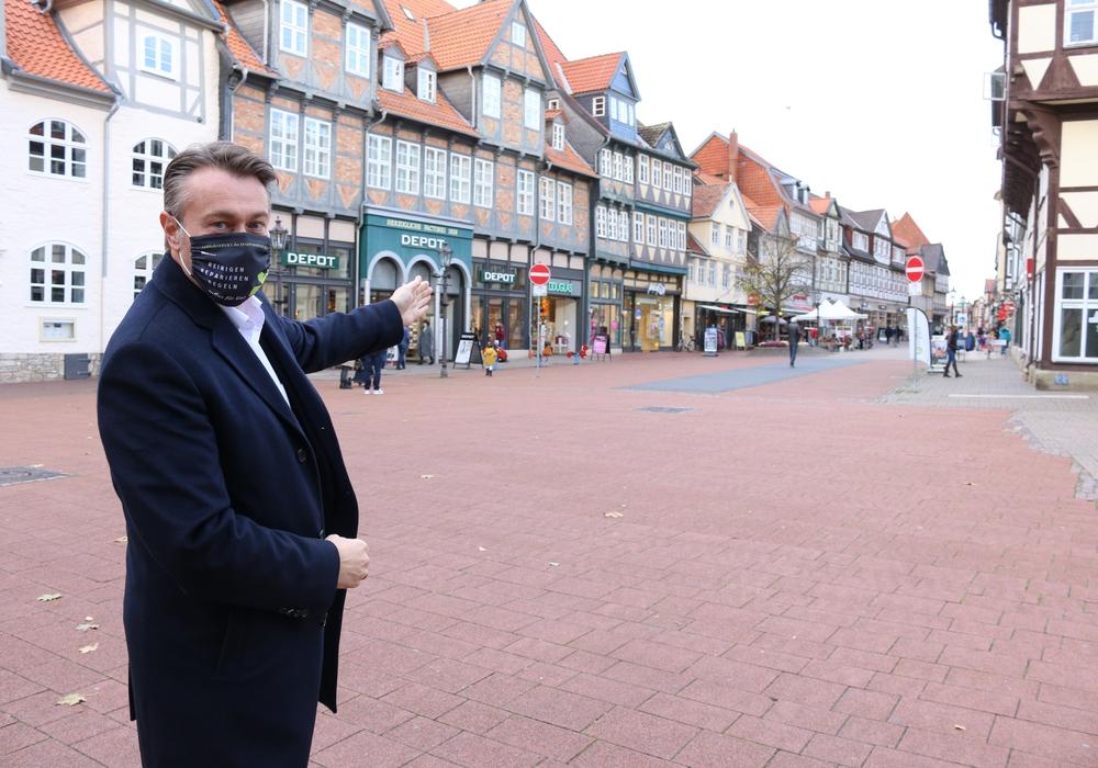 Wolfenbüttels Stadtbaurat Ivica Lukanic zeigt den nächsten Sanierungsabschnitt der Fußgängerzone.