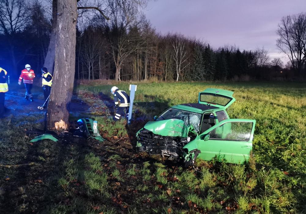 Das Auto war frontal gegen einen Baum geknallt.