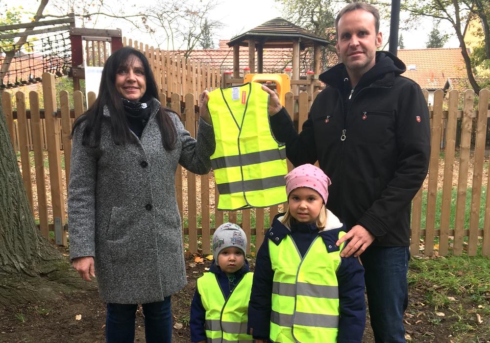 Frauke Putscher erhält von Stefan Pankratowitz für den Kindergarten Hornburg Sicherheitswesten. Mit dabei Lisa und Henri Pankratowitz.