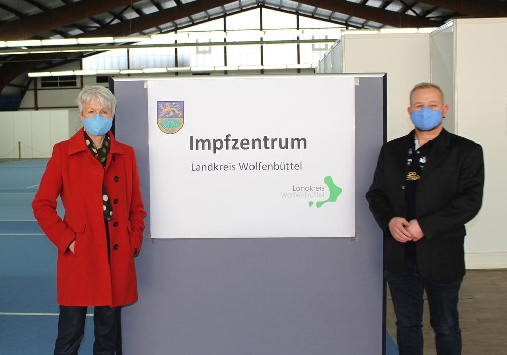 Landrätin Christiana Steinbrügge und Olaf Glaeske gaben erste Einblicke in das Impfzentrum in Wolfenbüttel.