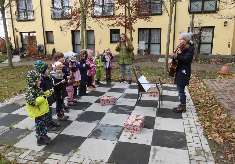 Draußen auf der Terrasse stellten sich die Kinder gemeinsam mit ihren Erzieherinnen auf und stimmten Lieder an.