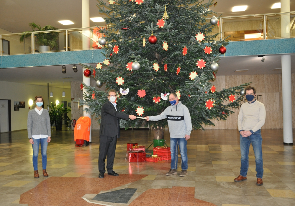 Von links: Jasmin Hinze, Klaus Mohrs, Thomas Krücker und Michael Bahn vor dem Weihnachtsbaum in der Bürgerhalle.