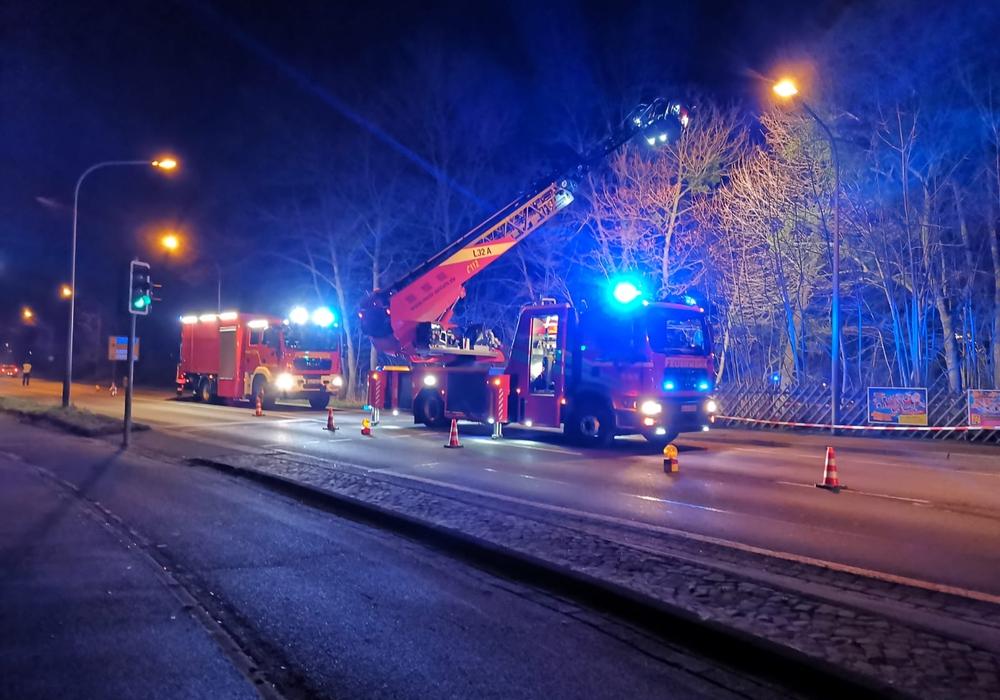 Die Feuerwehr leuchtete den Tatort aus.