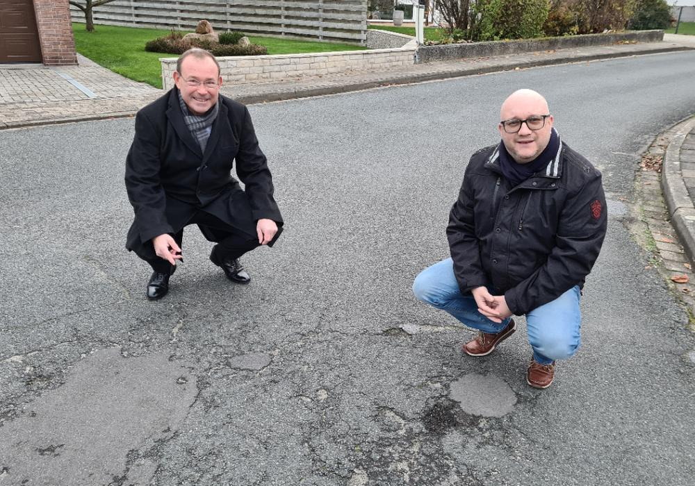Christian Meyer und Roland Sahr machen sich ein Bild vom Straßenzustand – doch muss wirklich ein grundhafter Ausbau erfolgen?