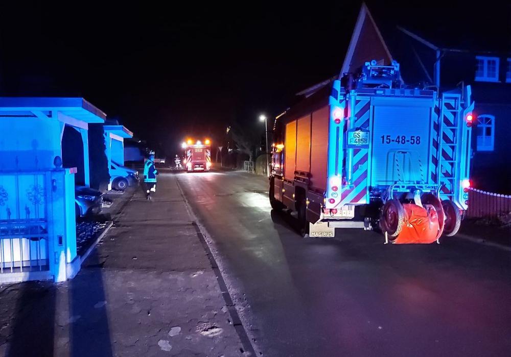 Die Feuerwehr fegte den Kies von der Straße