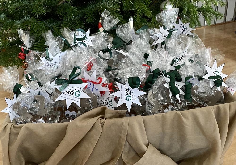 Die Päckchen werden an die Senioren verteilt.
