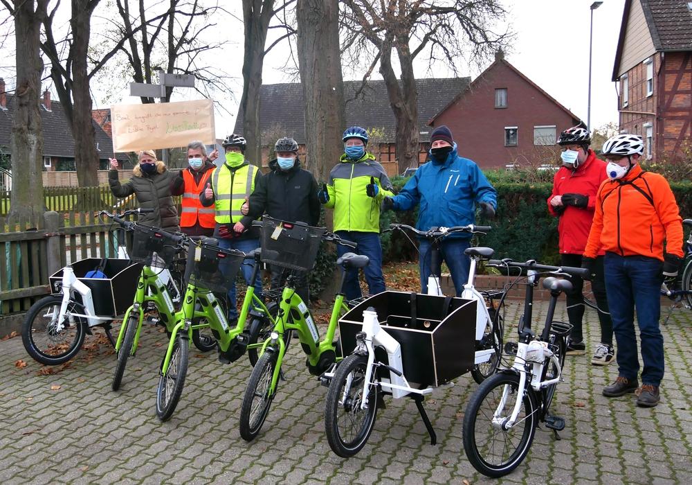 Glücklich am Zielort in Berel angekommen, präsentieren Mitglieder des Vereins Burgdorf mobil die künftigen Leihfahrräder.
