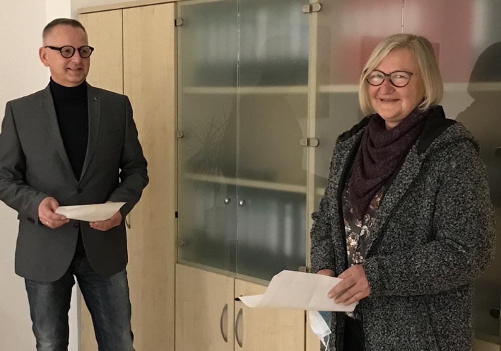 Samtgemeindebürgermeister Dirk Neumann vereidigte Sabine Bunkus.
