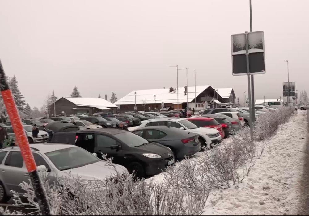 Die größeren Parkplätze wie hier am Torfhaus waren an diesem Wochenende nicht komplett ausgelastet. Archivbild