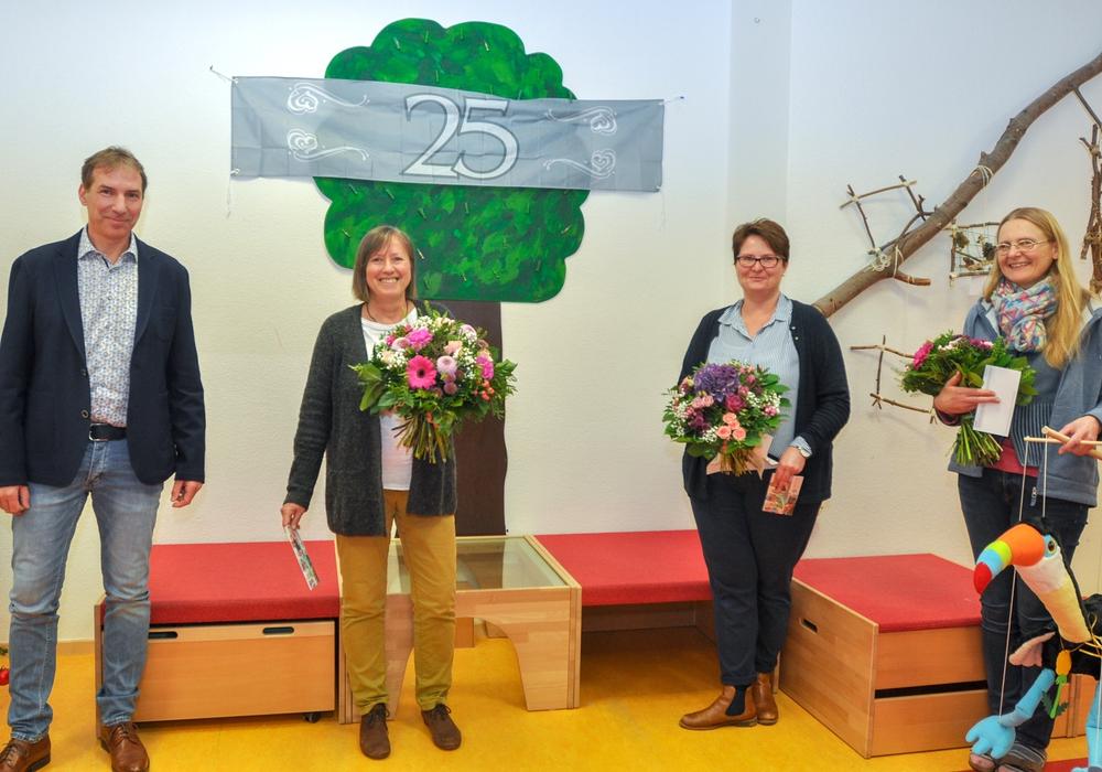 Bernd Schauder (von links) gratulierte Kristine Voigt, Nicole Röhr und Wiebke Kahlert zum Dienstjubiläum.