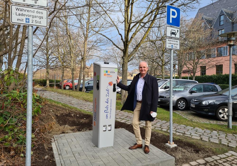 Landrat Thomas Brych gab heute den offiziellen Startschuss für die neue Ladesäule der Harz Energie für Elektrofahrzeuge am Kreishaus. Ab sofort können dort zwei Fahrzeuge gleichzeitig laden.