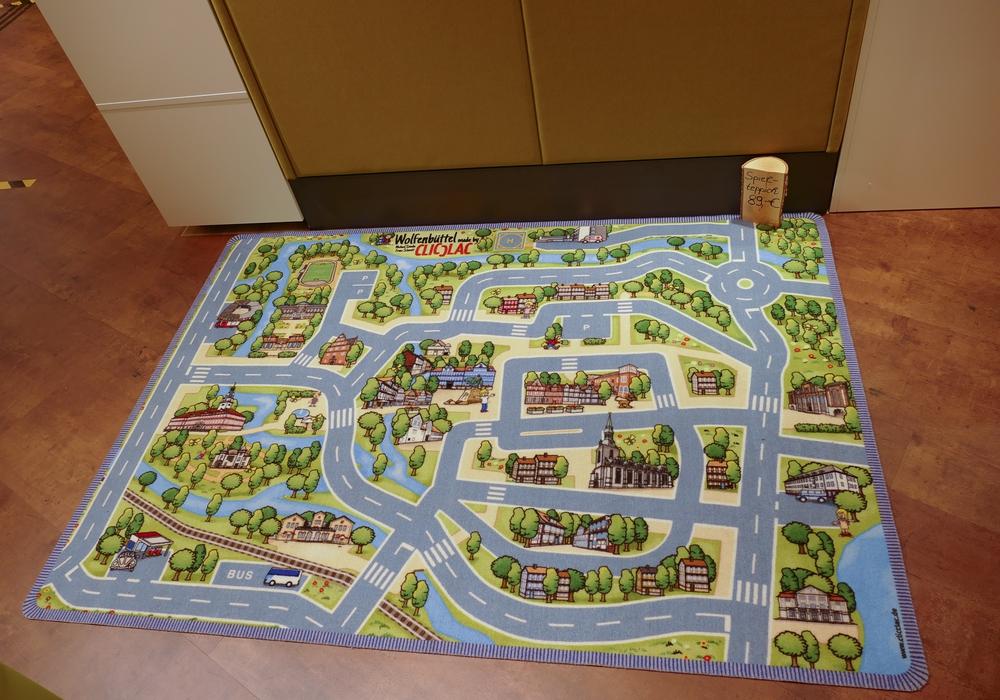 Unter anderem kann ein Spieleteppich mit dem Motiv der Lessingstadt erworben werden.