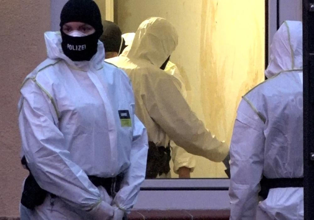 Die Polizei drang teils gewaltsam in Häuser ein. Die Durchsuchungen fanden nicht nur in Peine statt.