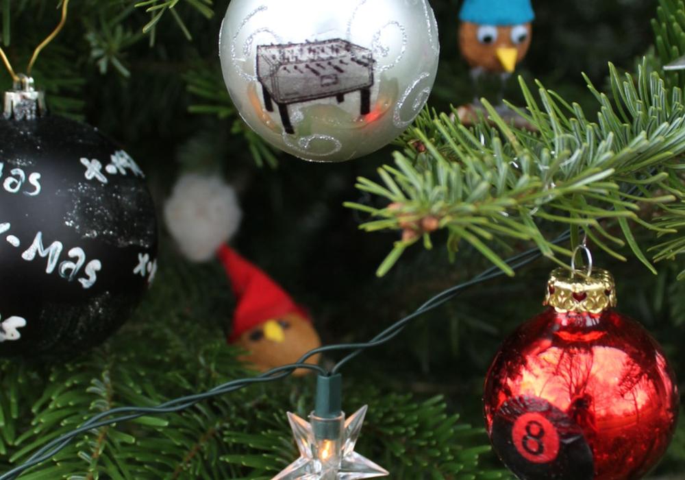 Gemeinsames Werk ohne Kontakt - Kinder und Jugendliche können den Weihnachtsbaum vor dem Jugendzentrum mit selbst gebasteltem Schmuck behängen. Foto: Stadt Wolfenbüttel/Jugendfreizeitzentrum