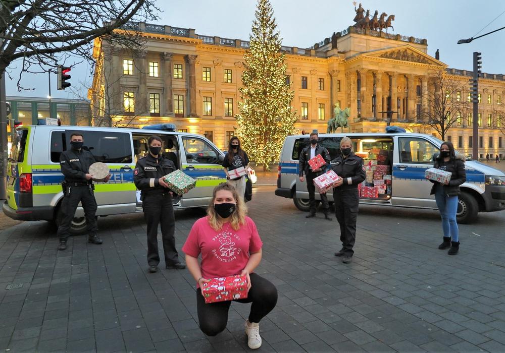 Übergabe von Geschenken an die Helfer von Päckchen für Braunschweig.