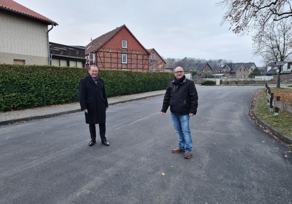 Die CDU-Ratsmitglieder Meyer und Sahr auf der frisch sanierten Bünnebergstraße.