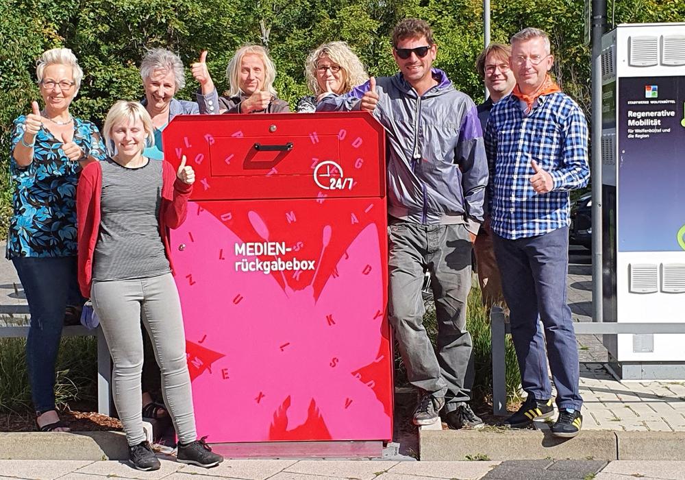 Das Team der Stadtbibliothek an der Medienrückgabebox.