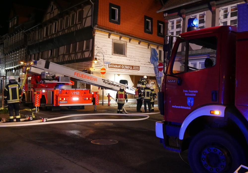 Feuerwehrfahrzeuge säumten die Harzstraße. Der Boden vor dem Restaurant war gespickt mit Glasscherben.
