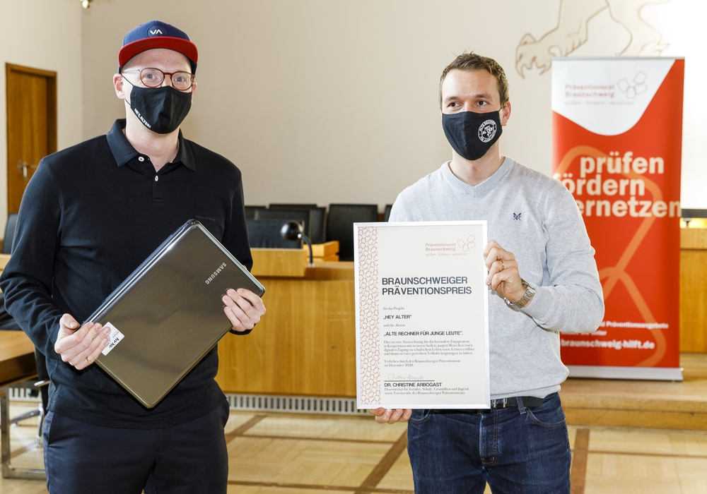Für den Projektträger nahmen Moritz Tetzlaff (l.) und Cedric Lachmann gemeinsam den Preis entgegen.