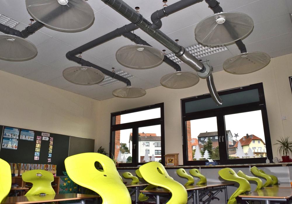 An der Decke des Klassenraums leiten Plastikhauben und Rohre die ausgeatmete Luft und Aerosole nach draußen.