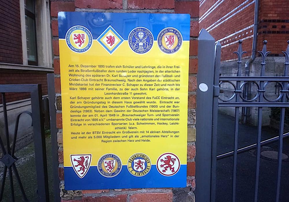 In der Leonhardstraße 11 erinnert jetzt eine Informationstafel an die Vereinsgründung.