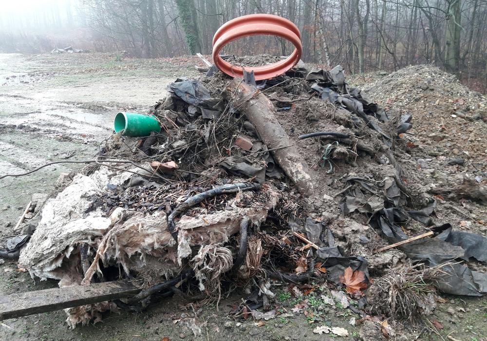 Auf dem Gelände des Fliegerhorsts wurde Müll abgeladen. BUND und NABU haben Anzeige erstattet und die Stadt informiert.