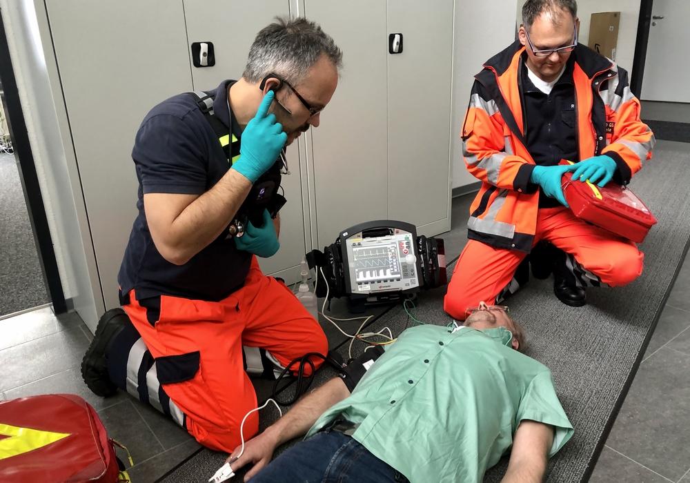 Die Notfallsanitäter vor Ort kommunizieren über Telefon und Video mit dem Notarzt in der Rettungsleitstelle. Durch die Telenotfallmedizin wird die Verfügbarkeit der Ressource Notarzt erhöht.