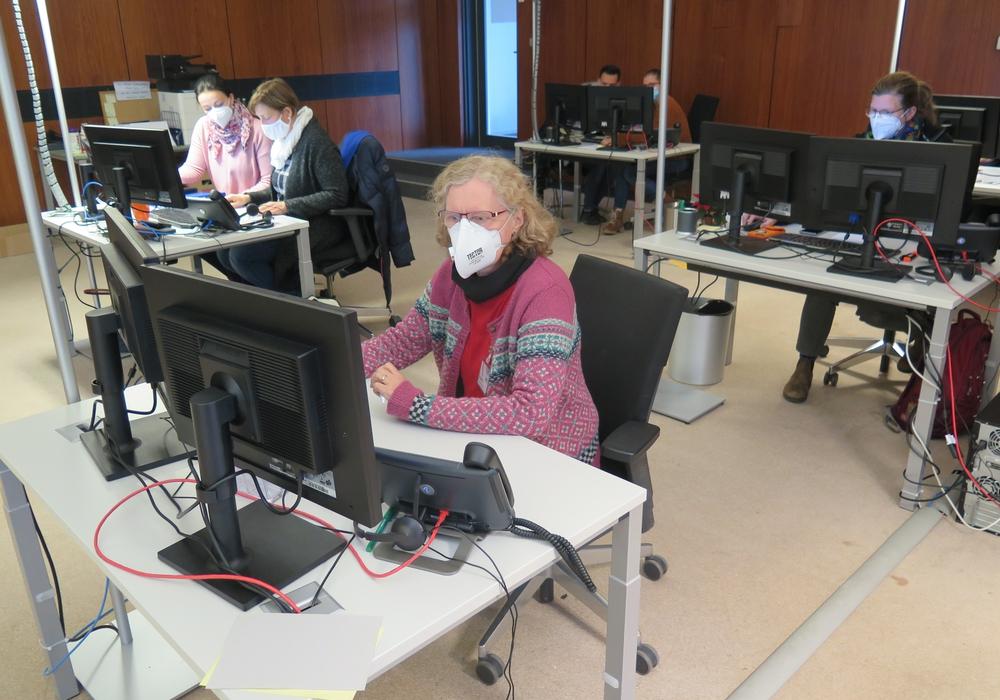 17 voll ausgestatte Arbeitsplätze hat Jägermeister für das Team des Gesundheitsamtes zur Verfügung gestellt. Hier arbeitet ein Teil des Teams daran, Kontakte nachzuverfolgen. Neue Mitarbeitende werden geschult und eingearbeitet.