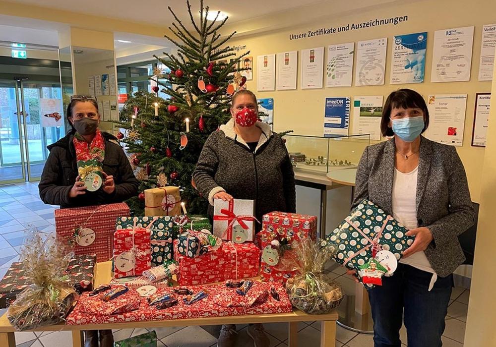 Alexandra Beese und Claudia Fricke (beide Parkbank e.V.) sowie Birgit Förster, Pflegedienstleiterin im Herzogin Elisabeth Hospital, bei der Geschenkeübergabe.