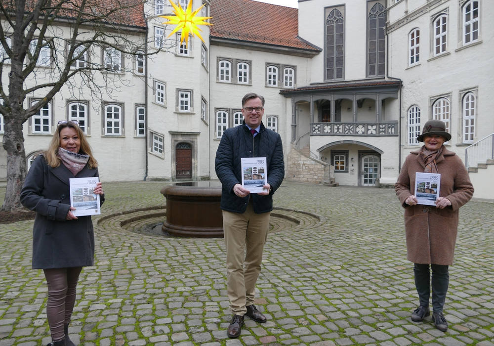 Merle Höfermann, geschäftsführende Gesellschafterin des Calluna-Verlags in Gifhorn, Landrat Dr. Andreas Ebel und Gunhild Posselt, Geschäftsführerin der Gemeinnützigen Bildungs- und Kultur GmbH, stellten den Kreiskalender vor.
