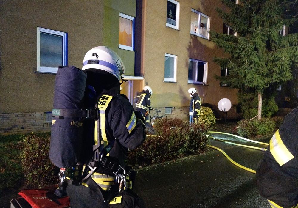 Die Feuerwehr musste in der Nacht zu einem Einsatz in einem Mehrfamilienhaus ausrücken.