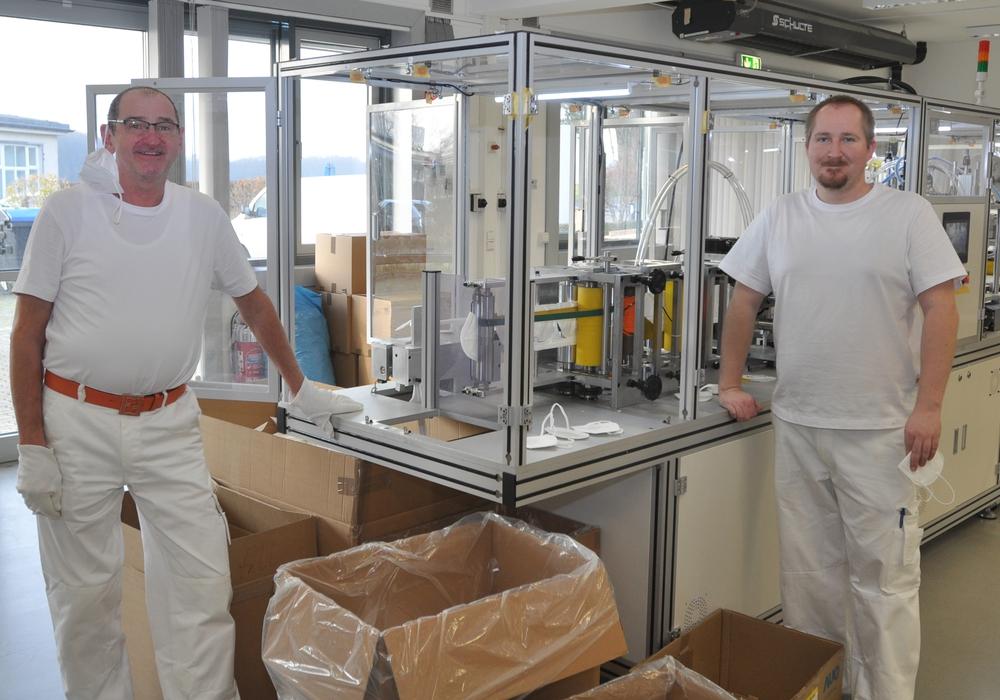 Firmen-Mitgründer Achim Petersohn (links) und der Maschinenführer Robin Bode produzieren am Exer FFP2-Masken.