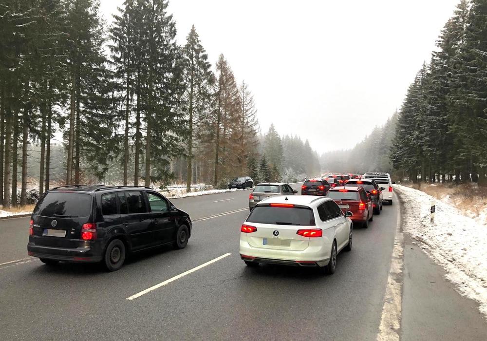 Der Verkehr auf der B4 staute sich zuweilen kilometerweit.
