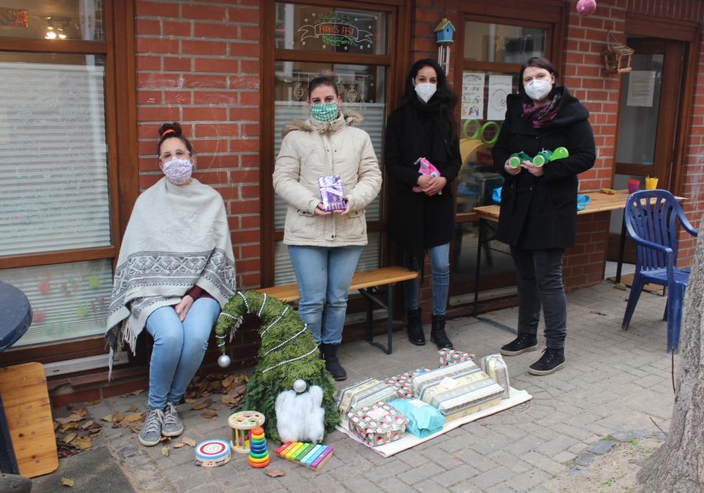 Astrid Dieler und Diana Andrzejczak (von links) überbringen den Mitarbeiterinnen des Peiner Frauenhauses e. V. gespendete Weihnachtsgeschenke für die untergebrachten Kinder.