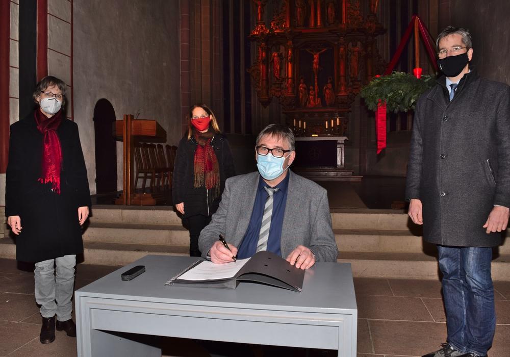 Dr. Oliver Junk (von rechts), Propst Thomas Gunkel, Karin Liebl und Ute Pötig freuen sich über die Unterzeichnung des Depositalvertrags.