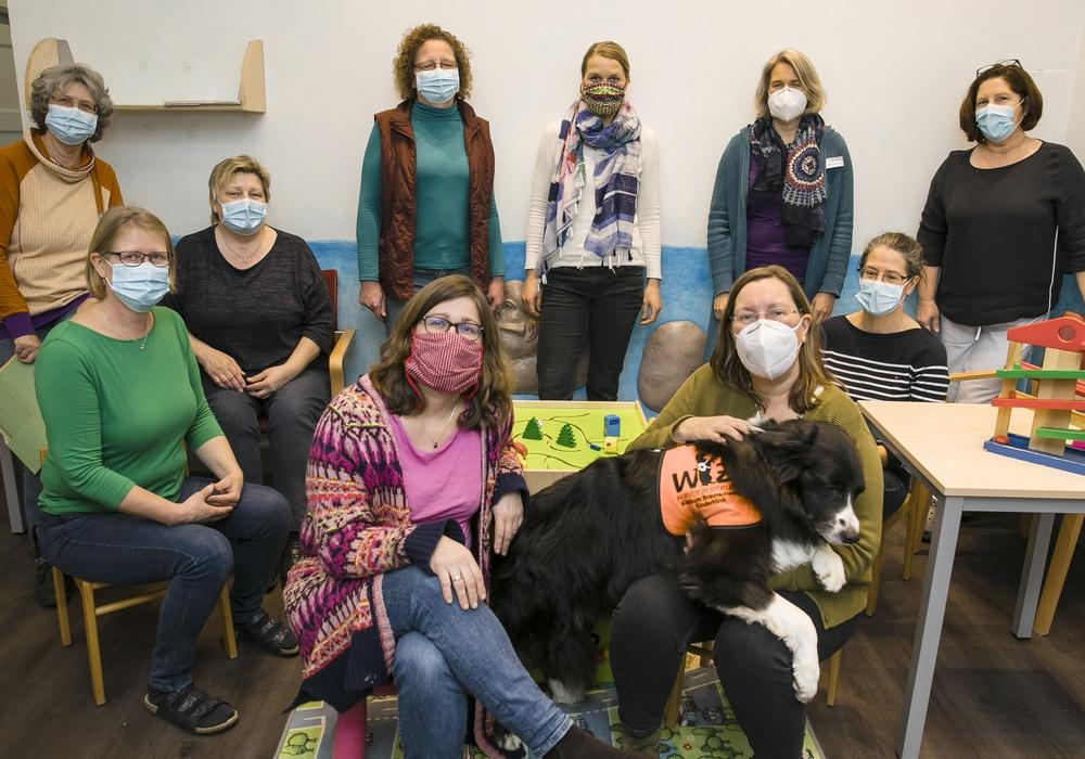 Die Leiterin des Sozialpädiatrischen Zentrums, Dr. Antje Mey (vorne rechts mit Therapiehund Nox), und ihr Team bedanken sich bei allen Spenderinnen und Spendern sowie bei den Organisatoren von Kaufland.