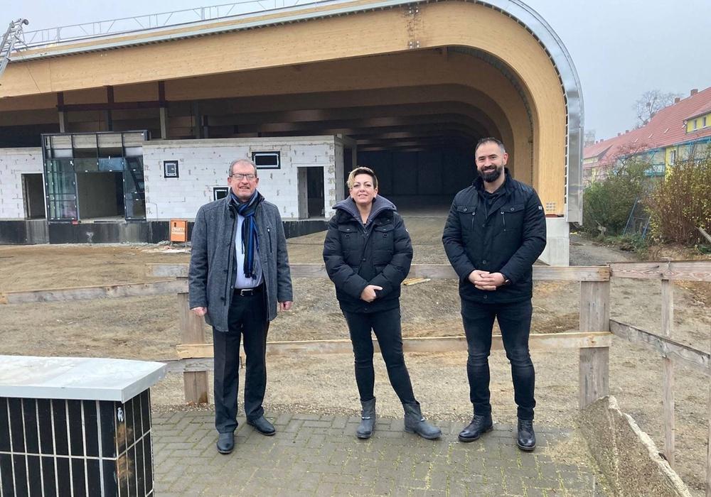 Baustellenbesuch: Özlem und Mehmet Kaysal mit Vertriebsleiter Ralf Keffel.