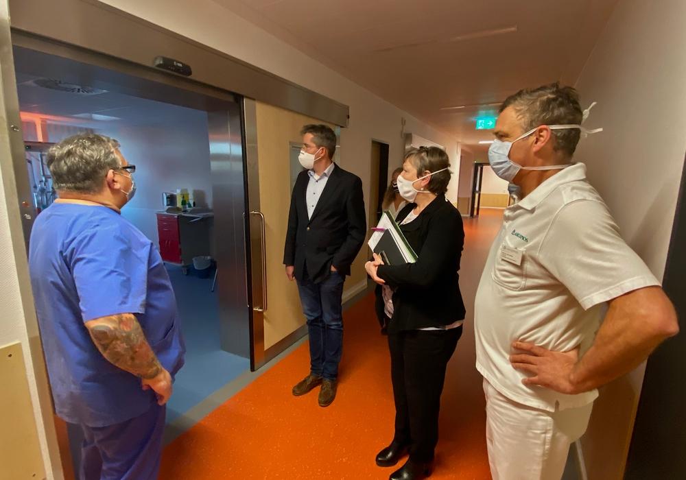 Im November schaute sich Oberbürgermeister Dr. Oliver Junk (2. von links) die neue interdisziplinäre Intensivstation der Asklepios Harzkliniken in Goslar an.